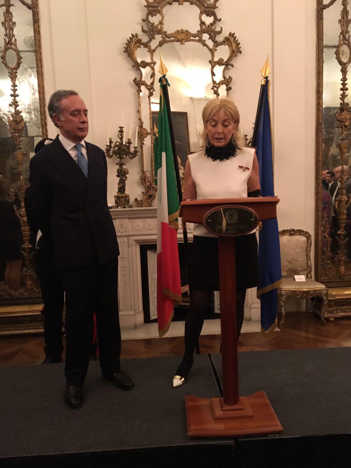 Nicoletta Fiorucci riceve l'onoreficenza di Ufficiale dell'Ordine della Stella d'Italia